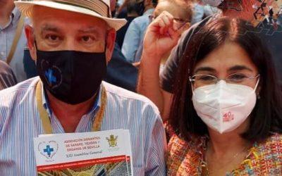 Carolina Darías, Ministra de Sanidad, con la donación.